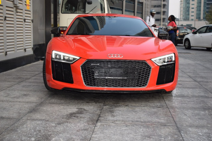 rent audi r8 cabrio in dubai. Black Bedroom Furniture Sets. Home Design Ideas